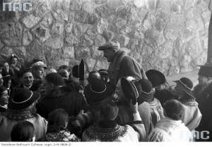 Powitanie przybyłych gości. Na rękach górali niesiony jest wiceminister komunikacji Aleksander Bobkowski, 22 listopada 1936 r. / Fot. NAC.gov.pl
