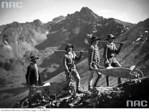 Górale transportują na taczkach budulec potrzebny do budowy kolejki linowej, 1935 r. / Fot. NAC.gov.pl