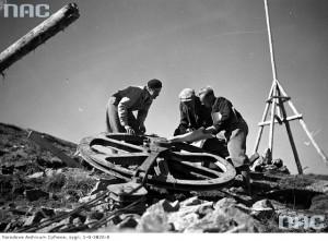Robotnicy przy jednej z części składowych kolejki linowej, 1935 r. / Fot. NAC.gov.pl