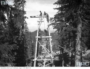 Drewniana podpora pomocniczej kolejki transportowej, 1935 r. / Fot. NAC.gov.pl