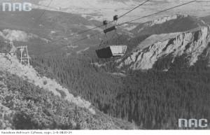 Widok ogólny budującej się prowizorycznej stacji. Na pierwszym planie wagonik do transportu materiałów budowlanych tzw. trumienka, 1935 r. / Fot. NAC.gov.pl