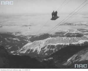 Widok ogólny budowy trasy kolejki. Widoczna grupa ludzi w prowizorycznym wagonie kolejki linowej, 1935 r. / Fot. NAC.gov.pl