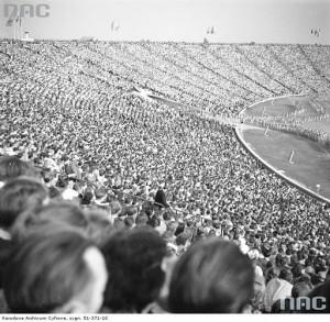 Układy choreograficzne na płycie stadionu. Widoczna publiczność zgromadzona na trybunach, 1 sierpnia 1955 r. / Fot. NAC.gov.pl