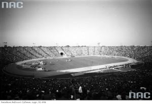Mecz piłki nożnej na stadionie. Widok z trybun, ok. 1962-1976 r. / Fot. NAC.gov.pl
