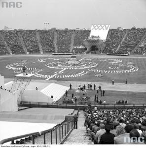 Manifestacja młodzieży na Stadionie X-lecia w Warszawie z okazji święta 22 lipca, 20 lipca 1979 r. / Fot. NAC.gov.pl