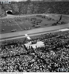 Widok ogólny Stadionu X-lecia z góry podczas pokazów grup regionalnych, wrzesień 1958 r. / Fot. NAC.gov.pl