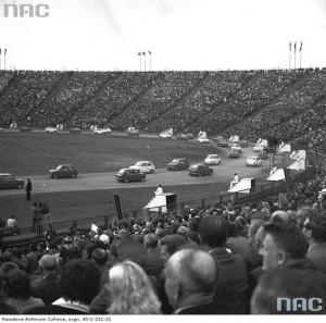 Przejazd samochodów Fiat 126 p., 20 lipca 1979 r. / Fot. NAC.gov.pl
