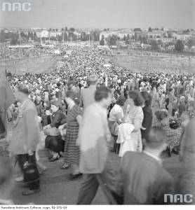 Publiczność opuszczajaca stadion. Widok z korony w kierunku Saskiej Kępy, 1 sierpnia 1955 r. / Fot. NAC.gov.pl