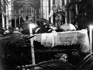Ciało Bronisława Pierackiego na katafalku podczas uroczystości pogrzebowych 18 czerwca 1934 r.
