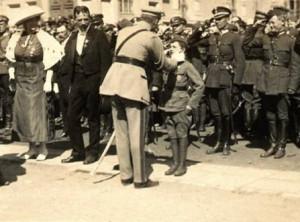 Marszałek Piłsudski dekoruje Tadzia Jeziorowskiego Krzyżem Walecznych Źródło: Muzeum Wojska Polskiego