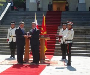 Prezdent RP Bronislaw Komorowski odbiera od prezydenta Macedonii  Gjorga Iwanow order / fot. Konrad Tracz vel Bednarczyk