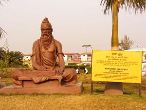 Statua dedykowana Sushrucie / fot. Alokprasad, CC-BY-SA-3.0