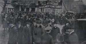Krakowskie sufrażystki manifestują w Dniu Kobiet w 1911 r.