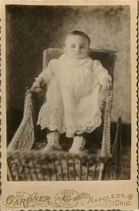 Na zdjęciu chłopiec został  ucharakteryzowany tak, jakby zostało ono zrobione za życia/ ok. 1870
