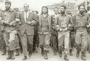 Fidel Castro (od lewej) oraz Che Guevara (środek), 5 marca 1960 roku