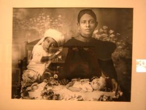 Hermanos_Rodr+şguez_-_Ines_Garc+şa_y_familia_con_ni+-o_muerto_1927