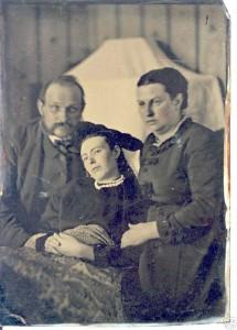 Rodzice wraz ze swą zmarłą córką