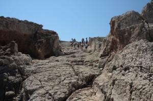 Miejsce wykorzystywane w okresie hellenistycznym jako pochyły schron                   dla okrętów (gr. neosoikoi), widok z dołu/ fot. K. Niedziółka