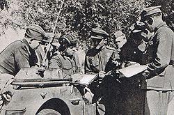 Jan Mierzycan (w hełmofonie) z żołnierzami 1 Brygady Pancernej im. Bohaterów Westerplatte na przyczółku warecko-magnuszewskim