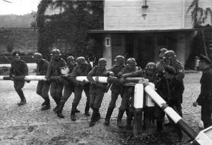Wehrmacht przekracza granicę Polski – łamanie szlabanu granicznego w Sopocie 1 września 1939 r.