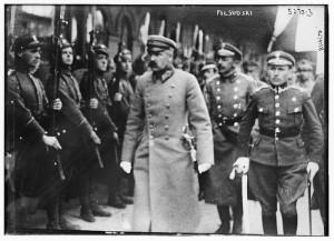 Piłsudski dokonujący przeglądu oddziałów