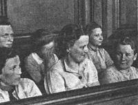 Wanda Klaff (trzecia od lewej w I rzędzie) w czasie procesu w Gdańsku