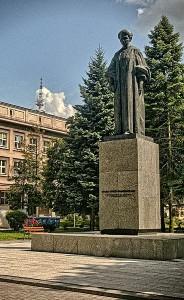 Pomnik Marii Curie-Skłodowskiej, patronki Uniwersytetu w Lublinie, stojący na placu przed Rektoratem / fot. Tomasz Zugaj, CC-BY-SA-3.0