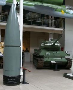 Pocisk 800 mm w porównaniu z T-34/85, Imperial War Museum, Londyn