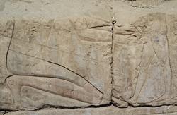 Płaskorzeźba na wewnętrznej ścianie świątyni w Luksorze przedstawiająca scenę obrzezania, (około 1360 p.n.e.)