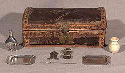 Zestaw do obrzezania wraz ze skrzynką z około XVIII wieku. Drewniana skrzynka pokryta byczą skórą ze srebrnymi przyrządami.