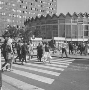 Przejście dla pieszych przez ul. Widok w kierunku Rotundy PKO. 1971 rok. NAC. sygn. 40-W-4-10