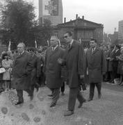 Edward Gierek wraz z innymi dygnitarzami w drodze na uroczystość z okazji 50. rocznicy wybuchu I powstania śląskiego pod pomnikiem Powstańców Śląskich w Katowicach. 1969 r., NAC, sygn, 51-36-1
