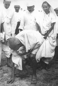 Gandhi podczas marszu solnego / autor nieznany, kwiecień 1930 CC-BY-SA-3.0