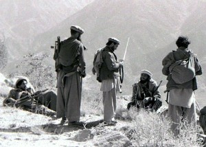 Mudżahedini przygotowujący się do ataku za pomocą moździerzy na sowiecki garnizon/ fot. Sherurcij, CC-BY-SA-3.0