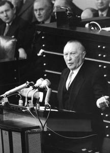 Adenauer podczas przemówienia w Bundestagu w 1955r.// Bundesarchiv, B 145 Bild-F002449-0027 / Unterberg, Rolf / CC-BY-SA