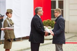 Wojtek Duch odbierający flagę od Prezydenta RP / fot. Wojciech Olkusnik\KPRP