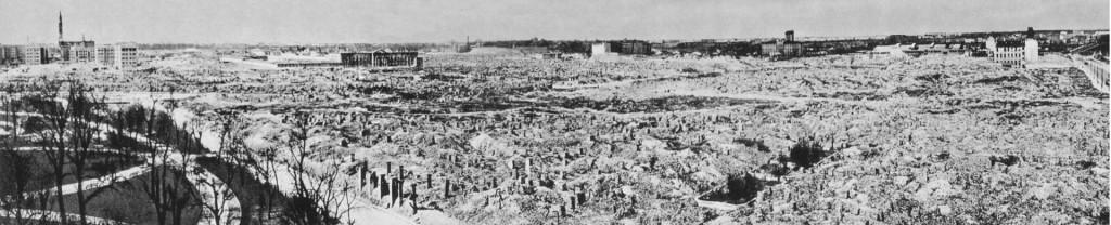 Warszawskie Getto, zrównane z ziemią przez Niemców, zgodnie z rozkazem Adolfa Hitlera, po stłumieniu powstania w getcie warszawskim w 1943. Widok na stronę północno-zachodnią, z lewej Ogród Krasińskich i ulica Świętojerska, zdjęcie zrobione ok. 1950