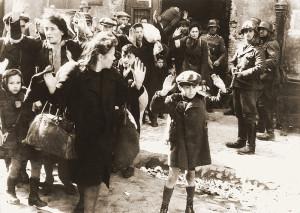 Żydowska ludność cywilna schwytana podczas tłumienia powstania w getcie warszawskim (fotografia z raportu Stroopa)