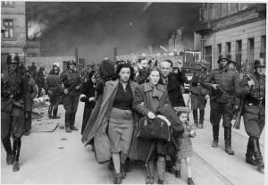 """Fotografia z Raportu Stroopa. Oryginalny niemiecki podpis: """"Siłą wydobyci z bunkrów"""""""