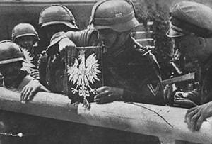 Granica Polski z Wolnym Miastem Gdańskiem. Żołnierze niemieccy niszczą szlaban graniczny i godło Polski.