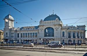 Dworzec Witebski, przy którym stanie pomnik, aut. Florstein CC BY-SA 3.0