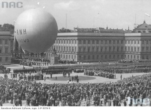 Start balonu z placu Marszałka Józefa Piłsudskiego przy Pałacu Saskim w Warszawie w rocznicę Bitwy Warszawskiej 1920 r., 15 sierpnia 1938 r. / nac.gov.pl