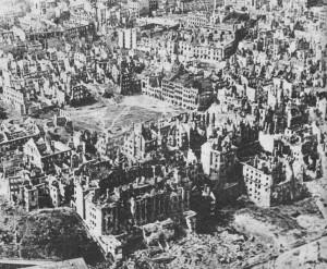 Warszawa w styczniu 1945 r. Widok na Rynek na Starym Mieście