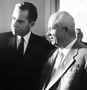 Nikita Chruszczow (po prawej) oraz Richard Nixon w 1959 r.
