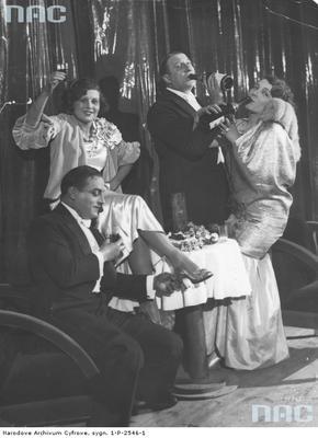 Grupa uczestników balu sylwestrowego 1930/1931 w teatrze Morskie Oko w Warszawie . Widoczni m.in. aktorzy: Zula Pogorzelska (z lewej), Janina Sokołowska i Władysław Walter (z prawej). Fotografia pozowana.