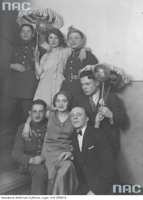 Grupa uczestników balu sylwestrowego 1931/1932 w Domu Żołnierza w Warszawie/ fot. nac.gov.pl sygn. 1-P-2550-1