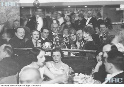 """Bal sylwestrowy 1932/1933  w lokalu """"Adria"""" w Warszawie/ fot. nac.gov. pl sygn. 1-P-2554-1"""