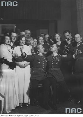Bal sylwestrowy 1932/1933 w kasynie 1 Pułku Szwoleżerów. Z lewej klęczy gen. Bolesław Wieniawa-Długoszowski/ fot. nac.gov.pl sygn: 1-W-1374-2