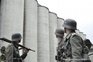 Niemieccy żołnierze na tle Elewatora Zbożowego w Stalingradzie. Kompozycja zdjęcia nawiązuje do wzorów archiwalnych. Fot. Grzegorz Antoszek, Mołdaw Reenacting Photography.