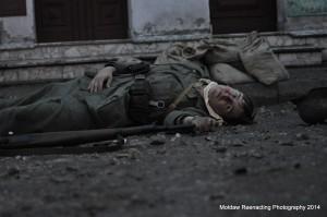 Martwy młody niemiecki żołnierz, Arnhem 1944. Fotografia wojenna często przedstawia zwłoki. Zdjęcie jest próbą nawiązania do tej tematyki. Fot. Grzegorz Antoszek, Moław Reenacting Photography